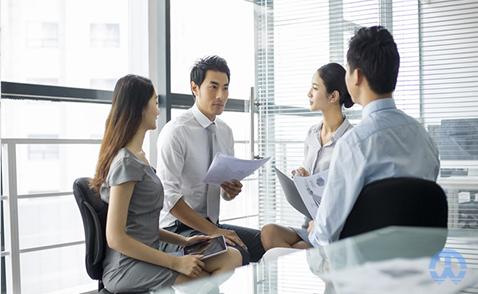 股東會會議由誰召集和主持?